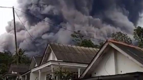 Video: Flujos de lava y nubes de más de 4 kilómetros expulsa volcán en Indonesia