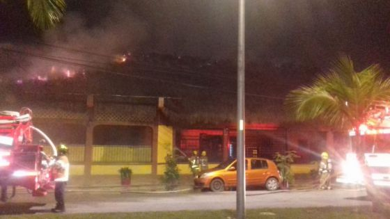 Video: Fuego arrasa la palapa del bar 'El Tatich' en Cozumel.