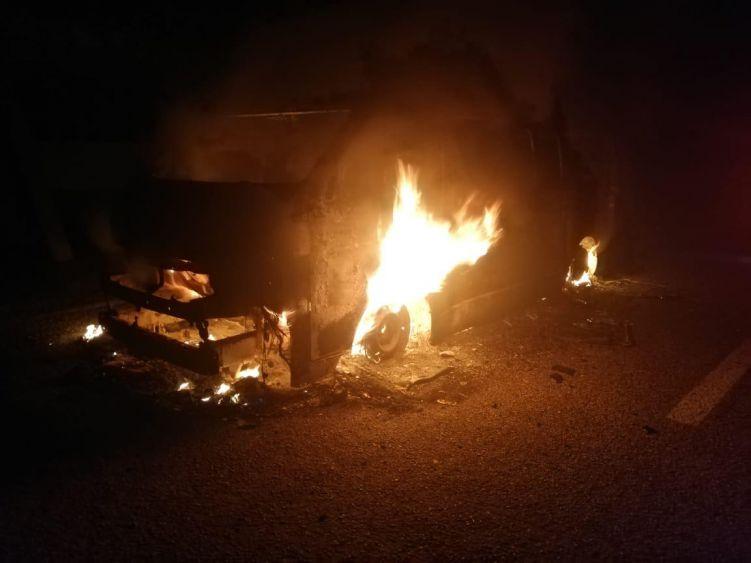 En FCP se consume en llamas una Van de pasajeros; el percance, que afortunadamente no dejó lesionados, ocurrió en la comunidad de Tres Reyes.