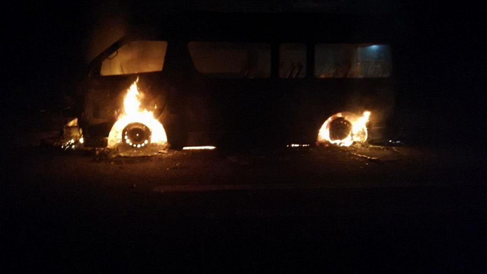 En FCP se consume en llamas una Van de pasajeros.