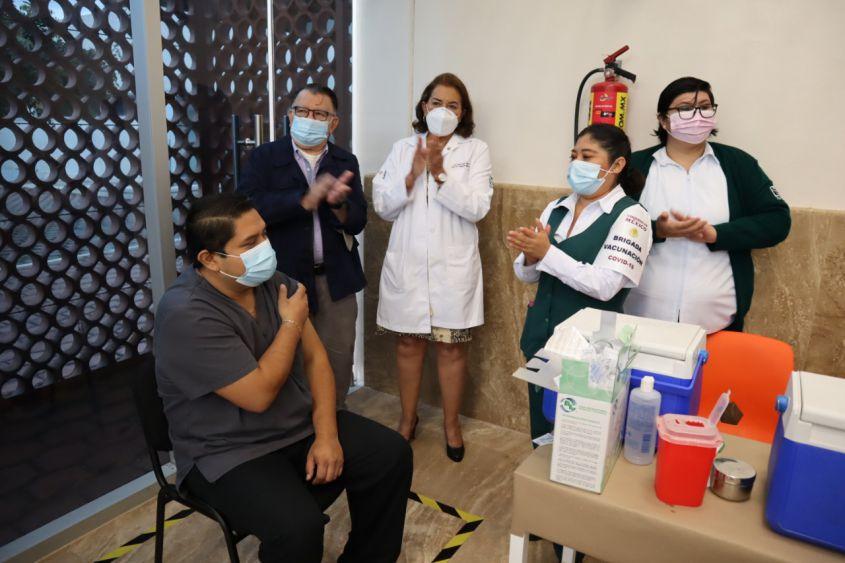 Inicia IMSS Quintana Roo la vacunación Covid-19 a personal de salud; un médico internista y una enfermera fueron los primeros en recibir el biológico.