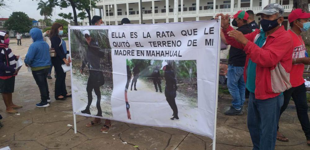 Acusan de despojo a Fabiola Cortés, de 'Somos Tus Ojos'; habitantes de Mahahual se plantaron frente al Palacio de Gobierno y la FGE, pues no avanzan las denuncias.