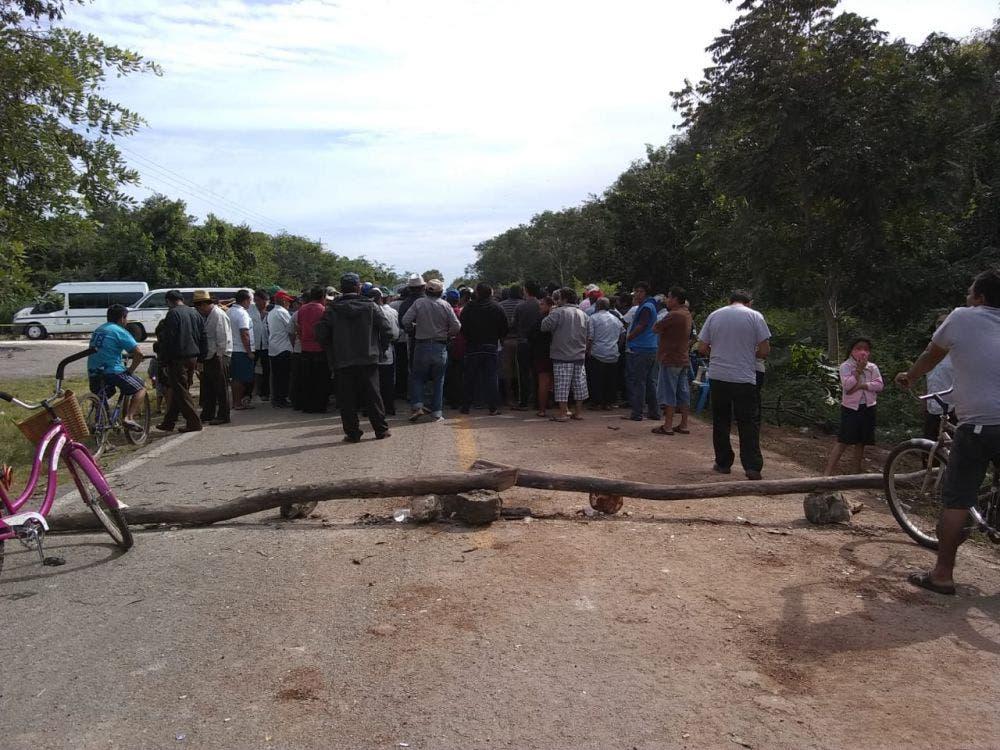 Mantienen campesinos mayas bloqueado el tramo carretero FCP-Valladolid.