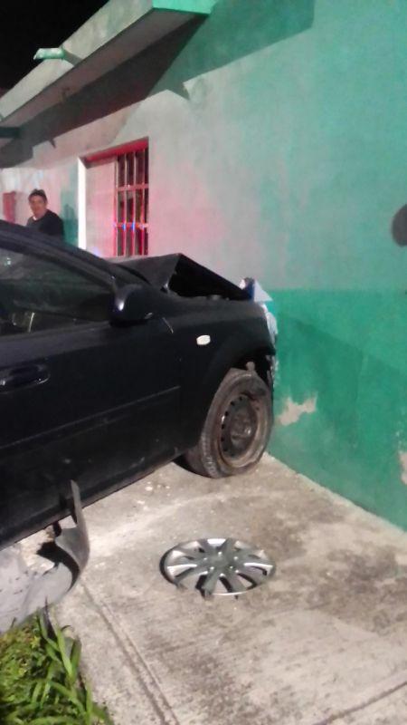 Conductor cozumeleño abre un boquete en una vivienda; la falta de pericia al volante provocó un aparatoso accidente en la colonia 10 de Abril de la isla.