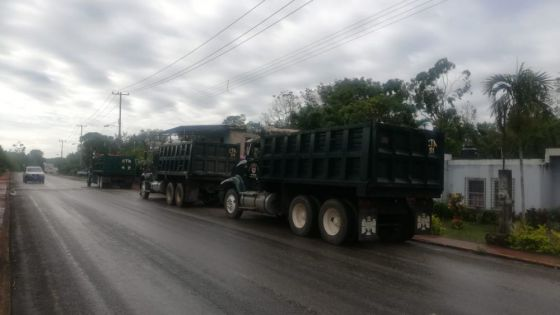 Volqueteros de la CTM amagan bloquear autopista a Cancún.