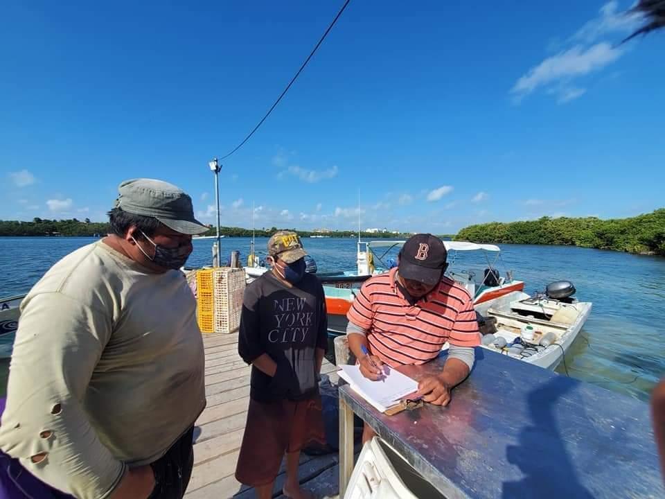 Rescatan a tres pescadores cozumeleños en Isla Mujeres.
