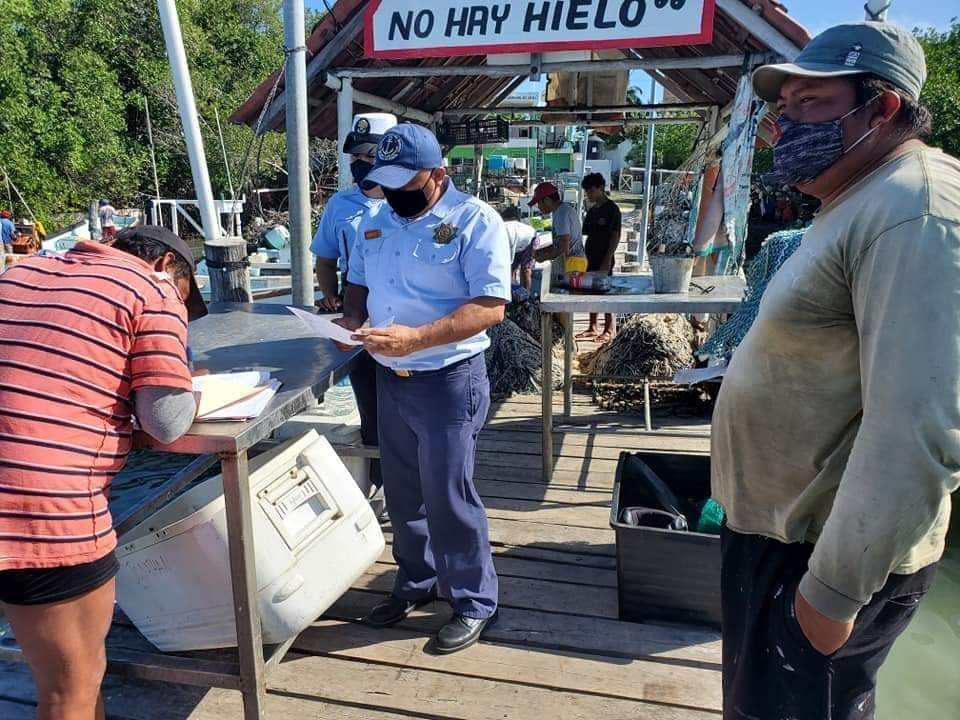 Rescatan a tres pescadores cozumeleños en Isla Mujeres; quedaron a la deriva en la zona de Isla Contoy, luego que a su embarcación se le averió el motor.