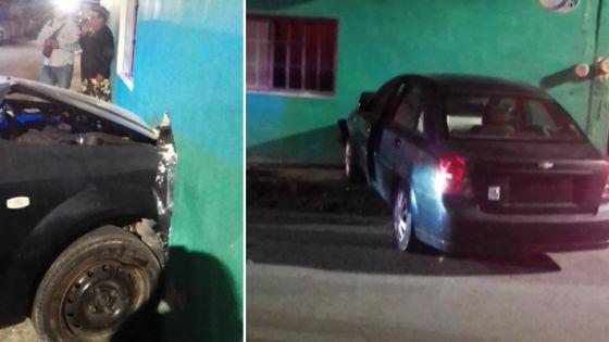 Conductor cozumeleño abre un boquete en una vivienda.