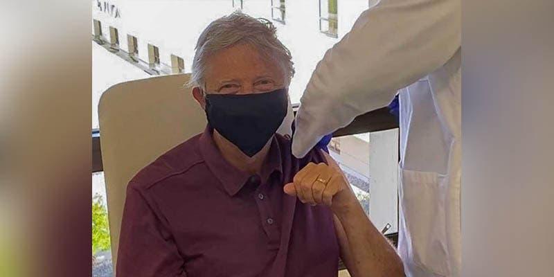 Vacunan a Bill Gates contra el coronavirus y se vuelve viral