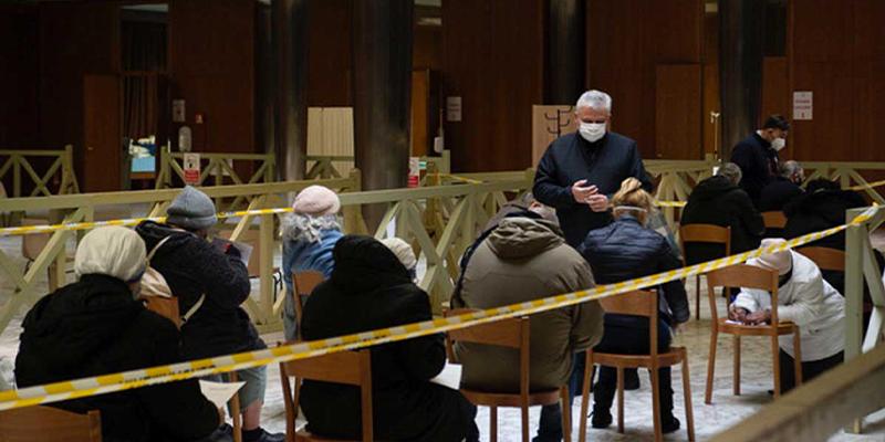 Vacuna el Vaticano a indigentes contra el Covid-19