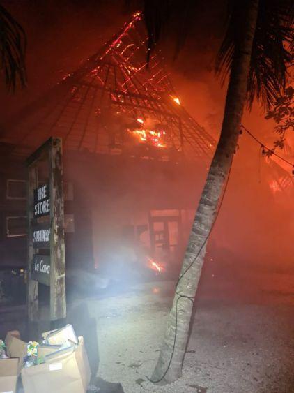 Pavoroso incendio en la Zona Costera de Tulum; el fuego arrasó con varios establecimientos y dañó algunos hoteles.