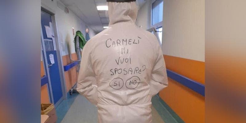 Un enfermero de un hospital en Italia le propuso matrimonio a su novia utilizando un traje anticovid, y se hizo viral en redes sociales.