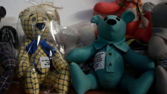 Costurera de Ciudad Juárez hace osos con la ropa de las víctimas de Covid-19