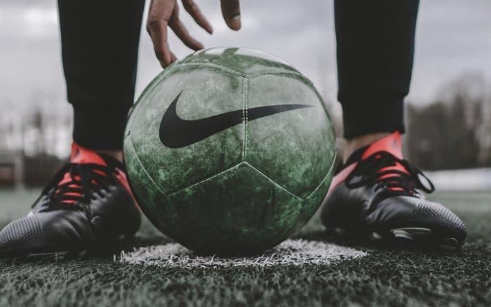 Graban a futbolista besando el escudo de su peor rival