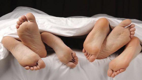 Muere mujer en un trío y sus amantes entierran su cadáver