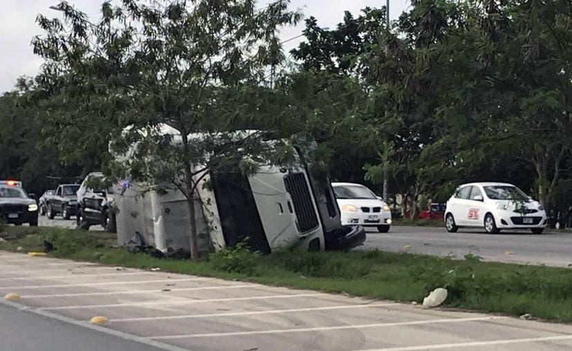 Nueva volcadura registrada en el Periférico de Mérida; conductor sufre lesiones