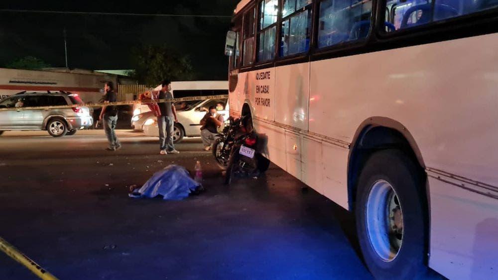 Motociclista choca contra camión y muere en Cancún