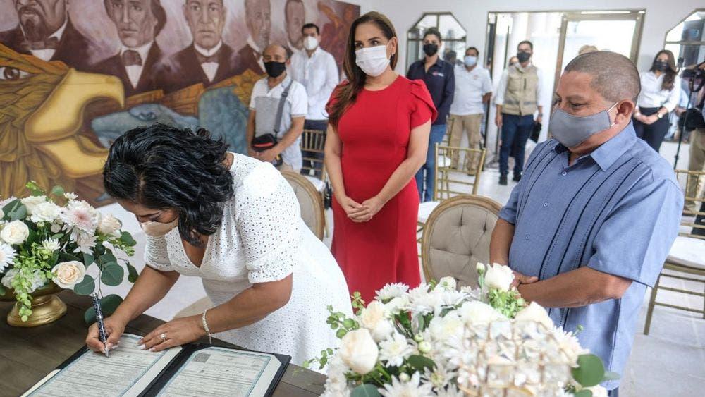 Otorgan certeza jurídica en Cancún a 77 parejas en bodas colectivas 2021