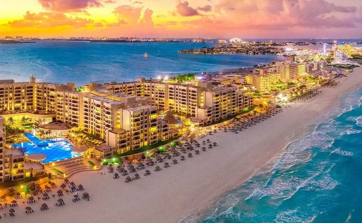 A pesar de los estragos que ha causado la pandemia del Covid-19 en la industria turística, Cancún es de los destinos más buscados en Booking.