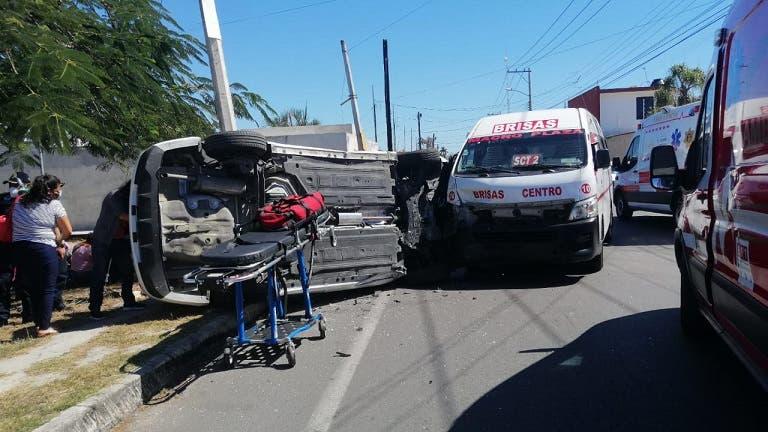 Terrible choque y volcadura en Mérida deja varios lesionados