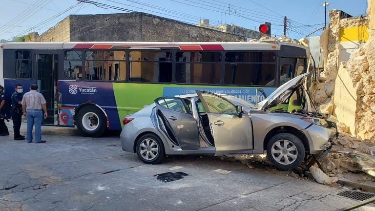 Choque a un autobús de Mérida, deja 9 lesionados y una fachada derribada