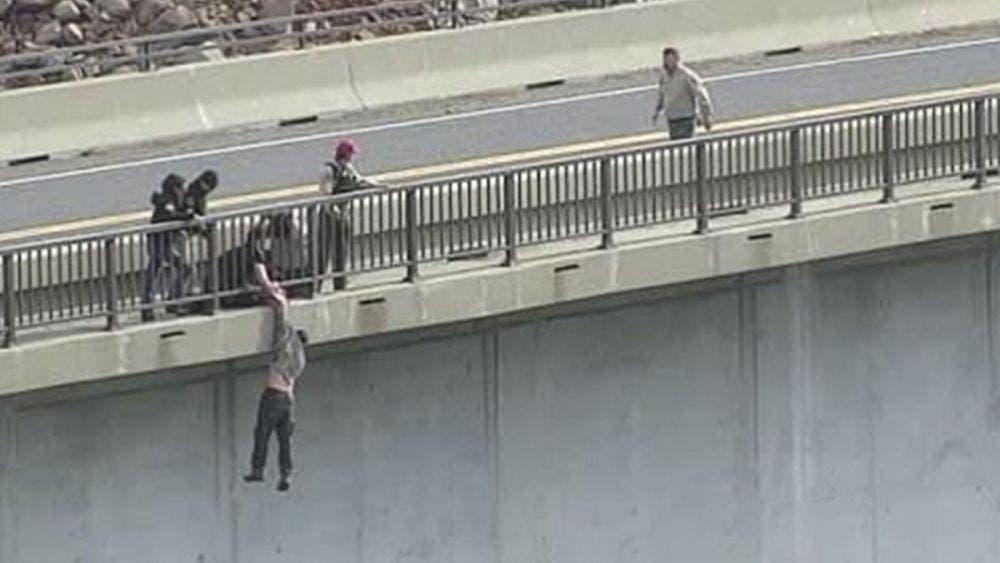 ¡Quedó colgado! Se quería suicidar arrojándose de un puente