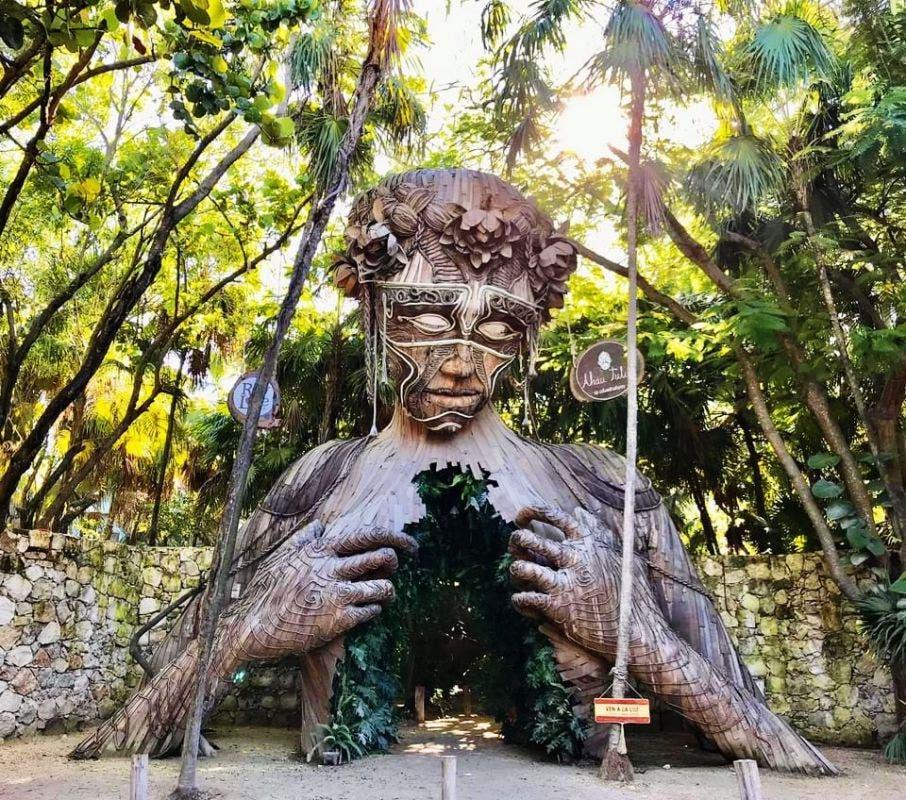 El hotel Ahau se ubica en el kilómetro 7.5 de la de la carretera Tulum-Boca Paila.