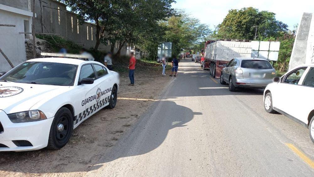 Edil de Felipe Carrillo Puerto no da la cara ante inseguridad en Chunhuhub; pobladores mantienen bloqueada la vía corta a Mérida.