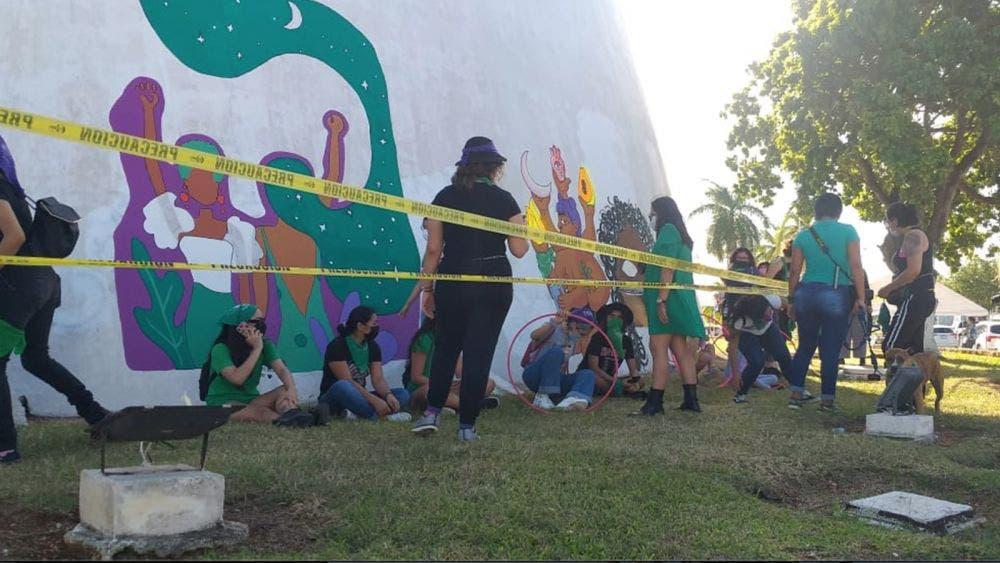 Fracasa convocatoria a sanear grafitis de feministas en el Congreso