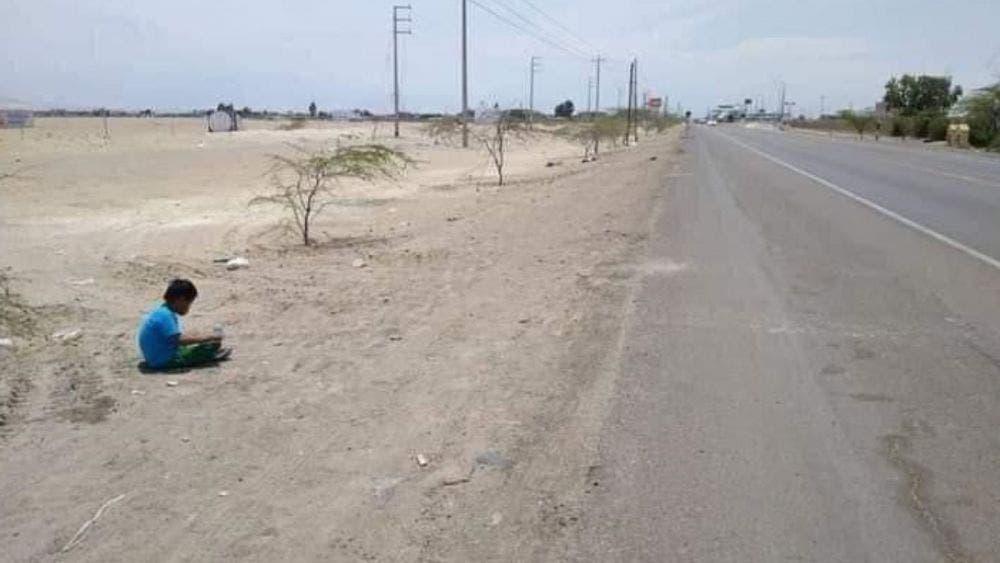 Menor de edad es abandonado por sus padres a la orilla de la carretera