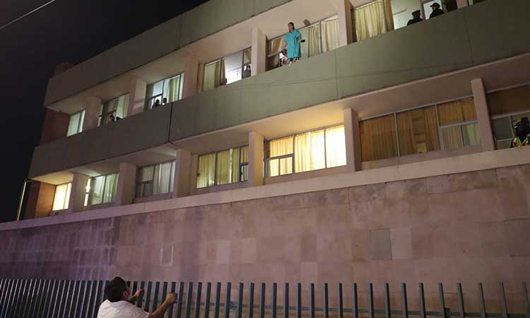 Una mujer que pretendía lanzarse desde lo alto del IMSS No. 2, fue rescatada. Los hechos ocurrieron en Saltillo, Coahuila.