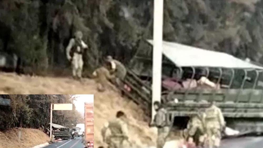 Cuatro lesionados tras chocar camión militar en Michoacán