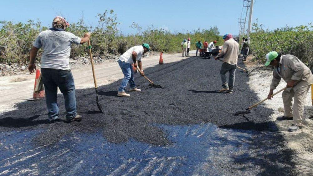 Rehabilitan autoridades de Puerto Morelos carpeta asfáltica de en acceso a Bahía Petempich