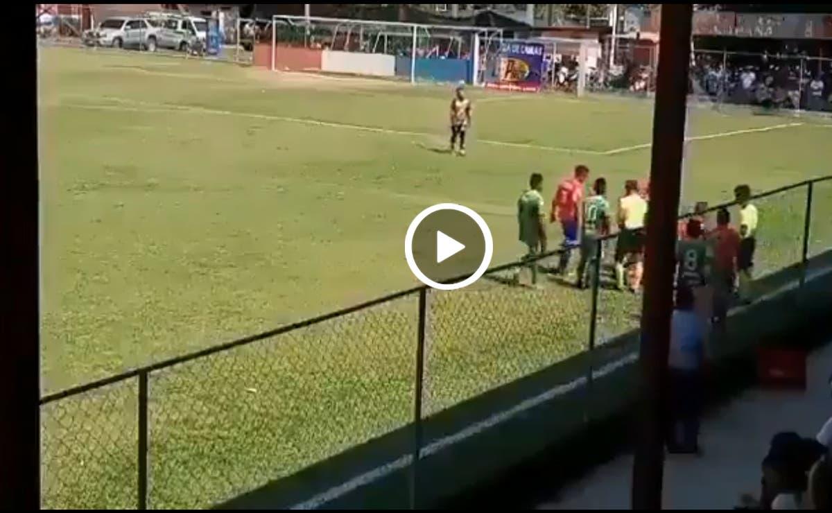 Graban desde las tribunas a futbolista fingiendo lesión (video)