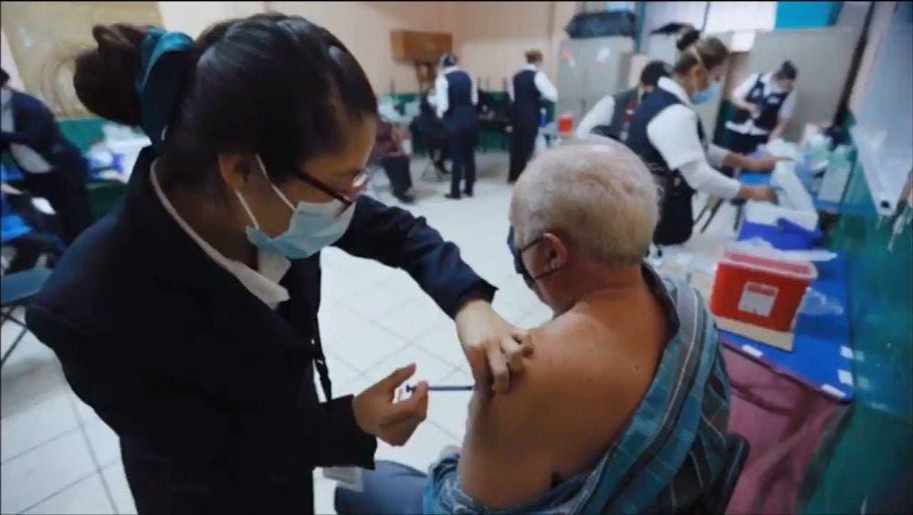 Fracasó boicot contra vacunación; enormes filas de adultos mayores