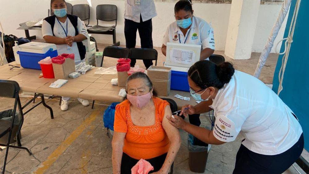 Aplica Sesa primeras vacunas de AstraZeneca a adultos mayores en Bacalar