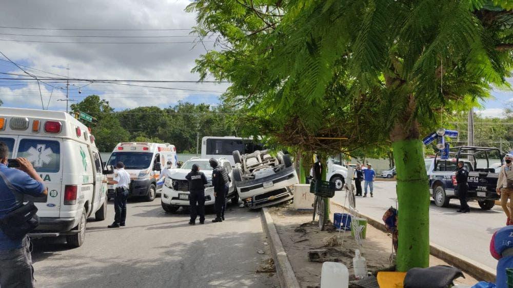 Video: Choque y volcadura frente a la Guarnición Militar de Cancún.