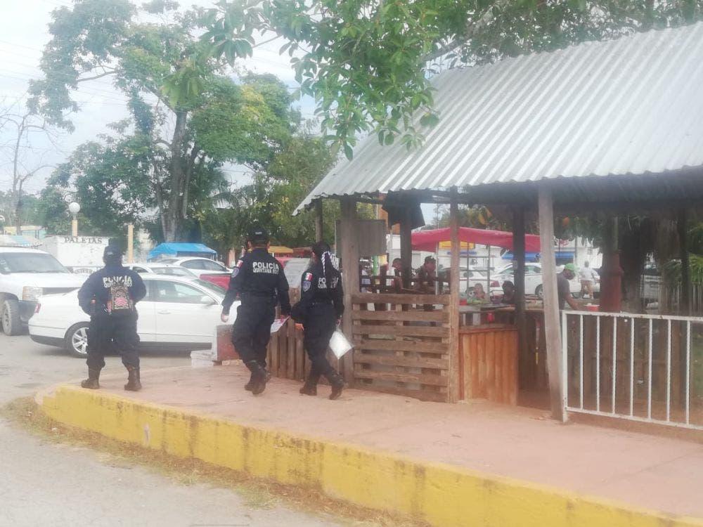 En Kantunilkín policías se encargan de vigilar las medidas contra el Covid.