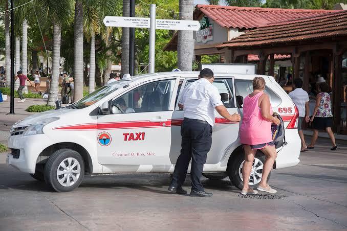 Taxistas cozumeleños optan por otros empleos ante la falta de turistas.