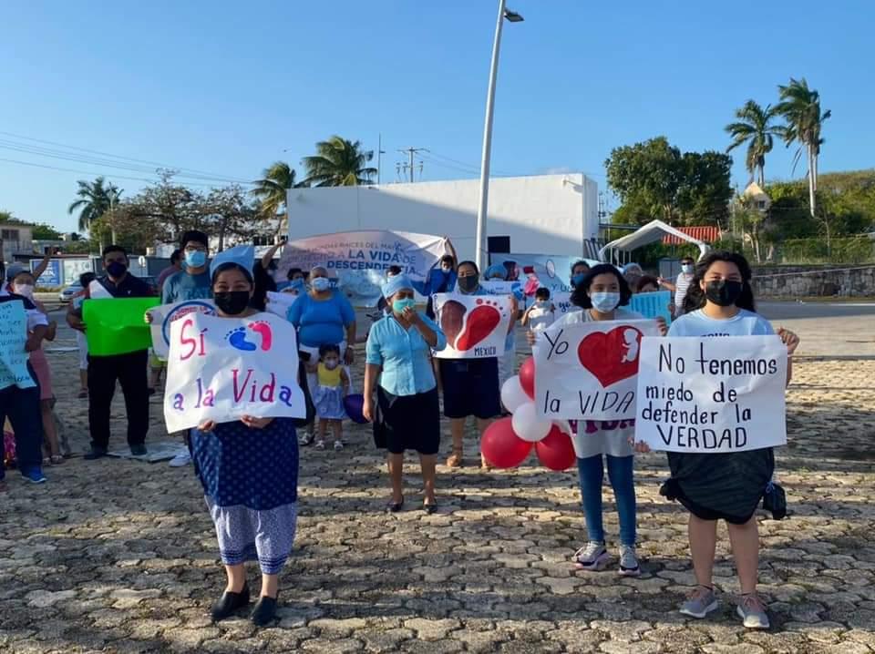 Grupos Pro-Vida instalan campamento en el Congreso de Quintana Roo.