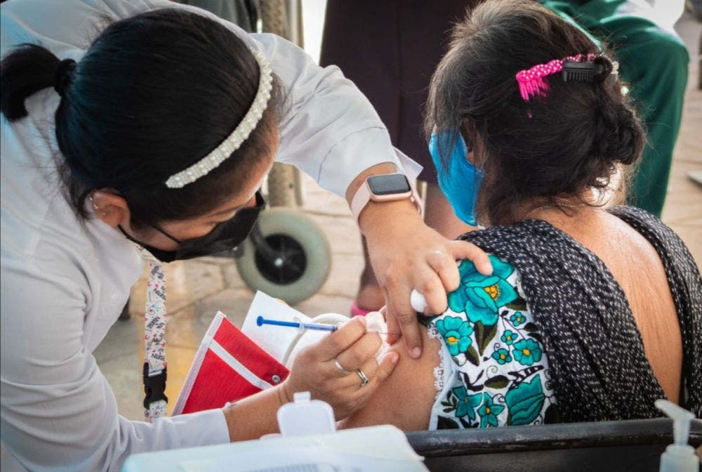 Lleva 85% de avance vacuna a adultos mayores en Quintana Roo.