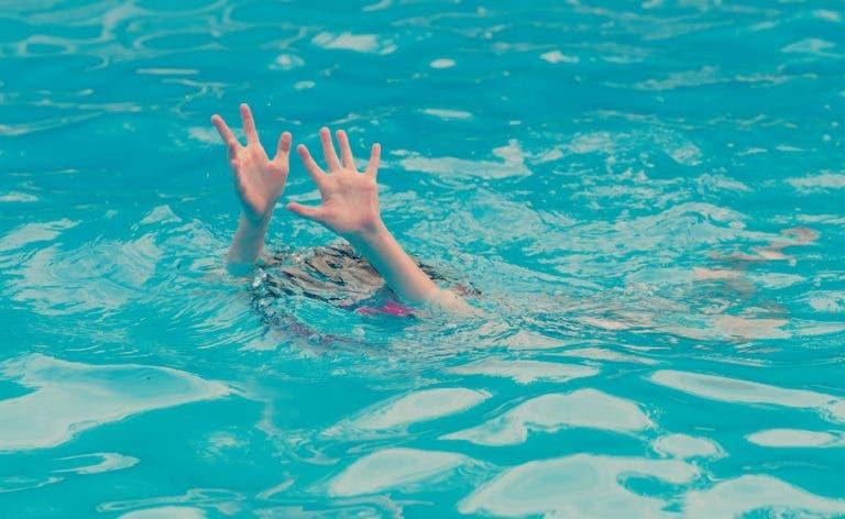 Por poco pierde la vida menor de 4 años tras caer a una piscina en Hunucmá