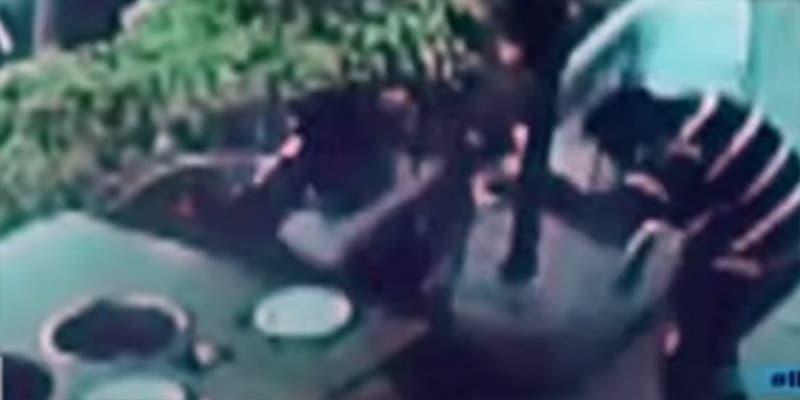Hombre se defiende de asalto en restaurante a balazos