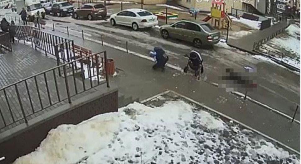 Un bebé murió, luego de que un suicida cayera sobre su carriola, los hechos se registraron en un edificio en Veronezh, Rusia