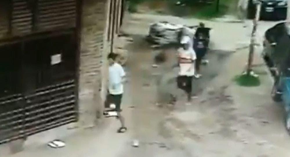 Video: Desnudan a tres jóvenes que asaltaron a una mujer