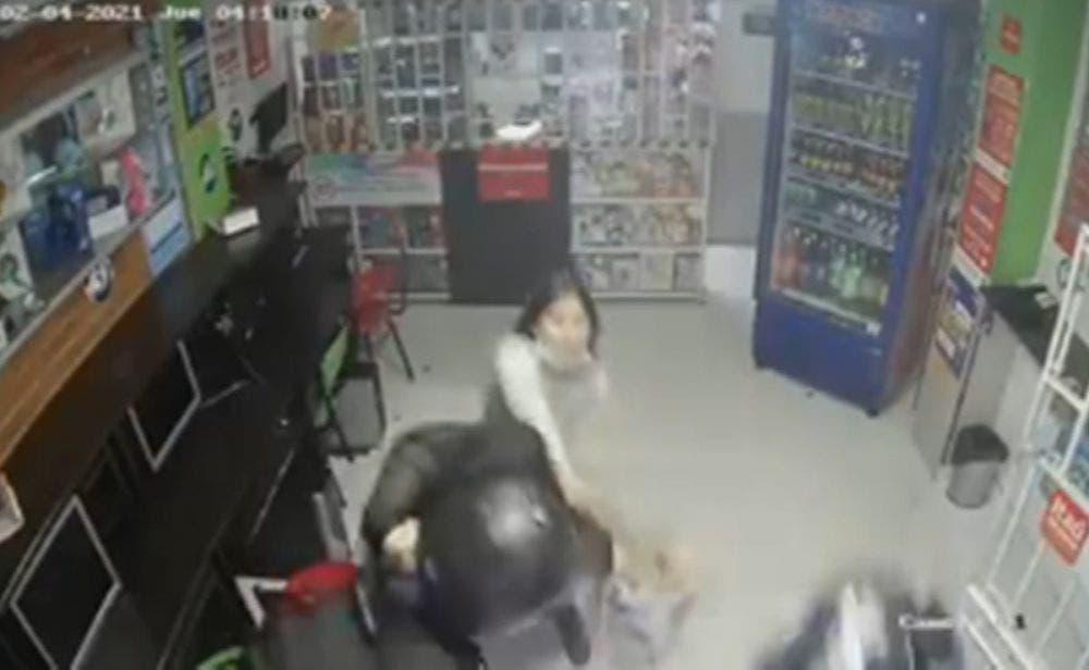 Una menor de 14 años enfrentó a unos ladrones con un machete, luego de que estos golpearan a su mamá para obtener el dinero