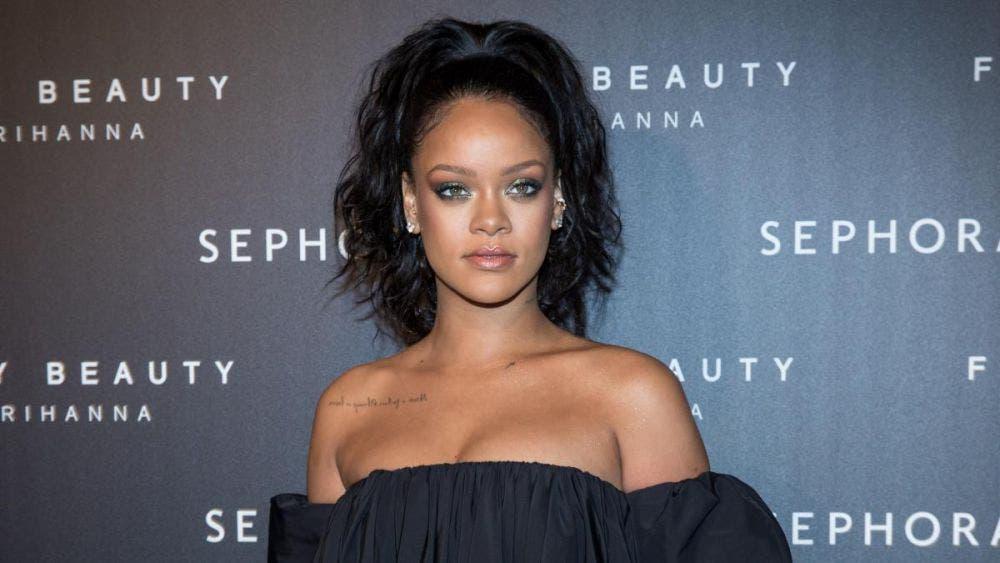 ¡Escándalo! Rihanna aparece en topless en redes sociales