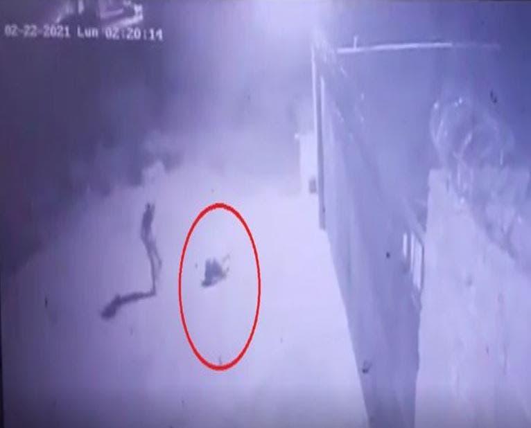 Al intentar robar un conductor de 23. 000 voltios un sujeto se electrocutó, el hecho fue captado por las cámaras de seguridad de la ANDE