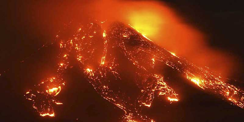 Video: Volcán Etna en Italia hace erupción
