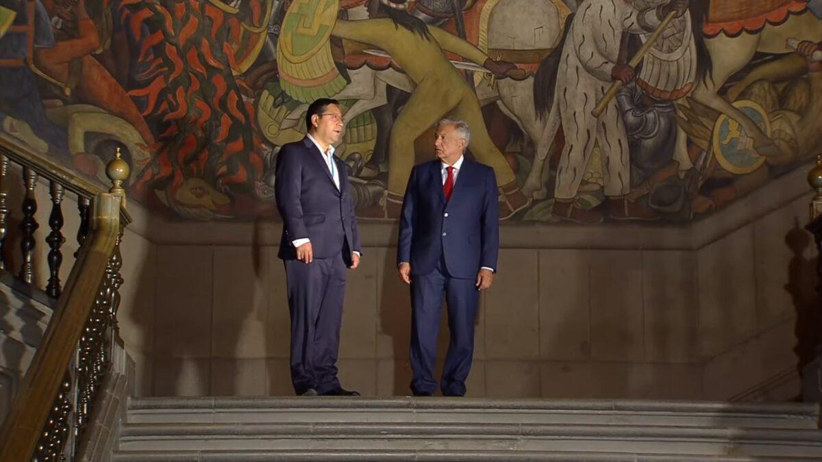 El presidente de Bolivia Luis Arce junto a su homologo Andrés Manuel López Obrador. en Palacio Nacional frente a los murales de Diego Rivera.